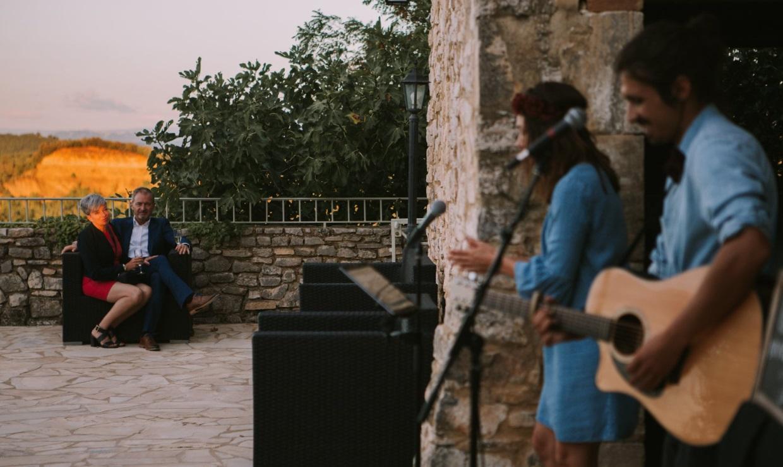 Une chanteuse et un guitariste